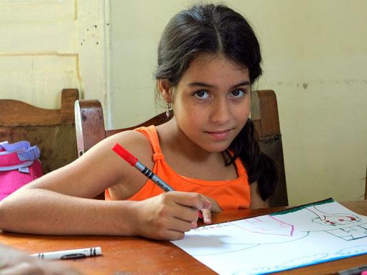 Selbst eine Schülerin, die schon schulfrei hat (ohne Schuluniform) ist für unseren Besuch anwesend.