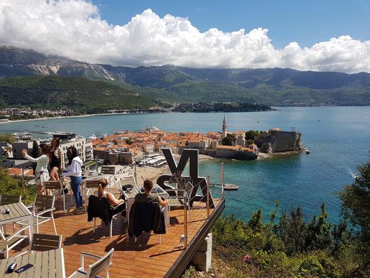 Blick vom Restoran Vista Vidikovac auf Budva und den Strand von Bečići