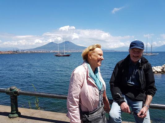 Am Belvedere mit Blick auf den Napoli und den Vesuv