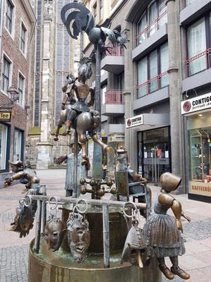 Puppenbrunnen, 1975 vom Aachener Bildhauer Bonifatius Stirnberg geschaffen. Pferd und Reiter stehen für das Reitturnier.