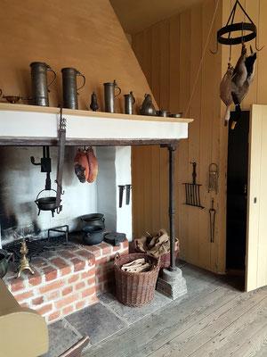 Küche des Münzmeisterhofs. Am offenen Feuer bereitete das Küchenmädchen die Mahlzeiten für den Hausstand zu.