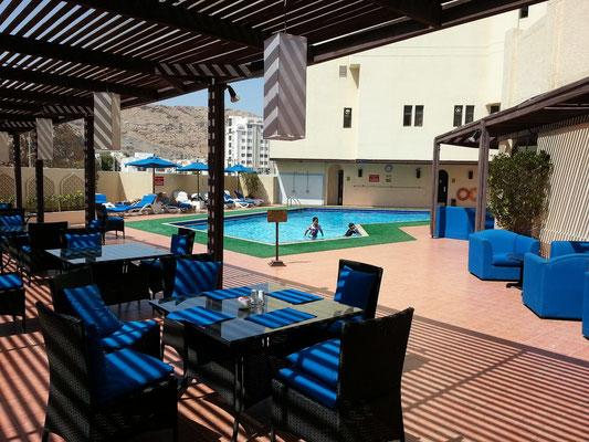 Swimmingpool und Außenrestaurant des Ruwi Hotels