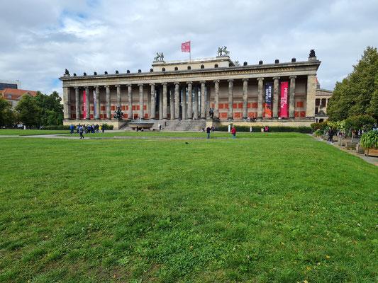 Altes Museum, römische und griechische Fundstücke in neoklassizistischem Gebäude mit 18 Säulen, Blick vom Lustgarten