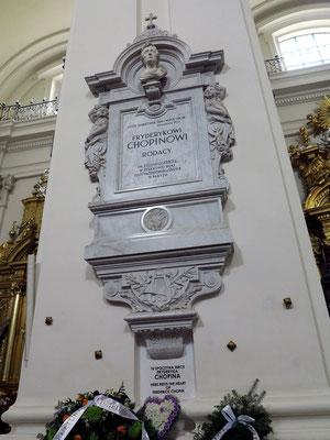 Heilig-Kreuz-Kirche. Im Kirchenpfeiler wurde die Urne mit dem Herzen des Komponisten Frédéric Chopin im Jahre 1882 eingemauert.