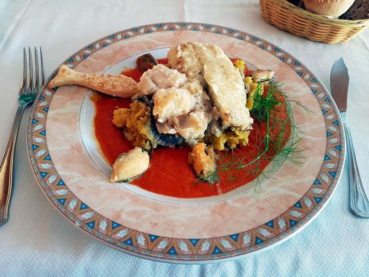 Kabeljau-Filet mit Miesmuscheln auf Süßkartoffelpüree und Tomatensauce