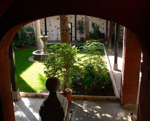 Blick vom Treppenhaus in den Patio