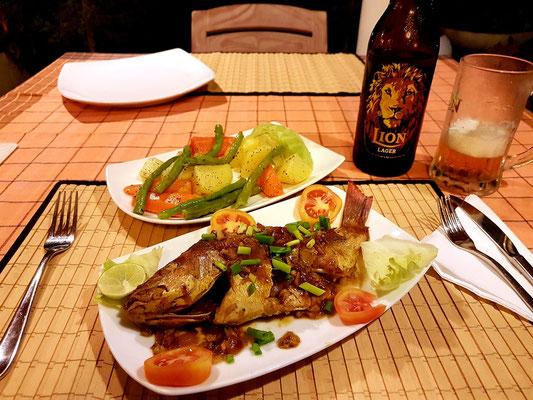 Sehr gutes Abendessen: gegrillter Barsch mit Gemüse, von der Hausfrau zubereitet