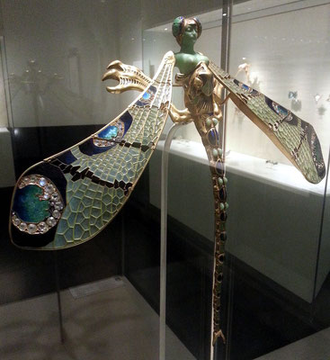 Museu Calouste Gulbenkian; Dragonfly woman, corsage ornament, Frankreich ca. 1897/98; gold, enamel, chrysoprase, chalcedony, moonstones and diamonds