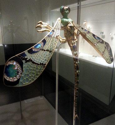 Museu Calouste Gulbenkian; Dragonfly woman, corsage ornament, Frankreich ca. 1897/98; gold, enamel, chrysoprase, chalcedony, moonstones and diamonds