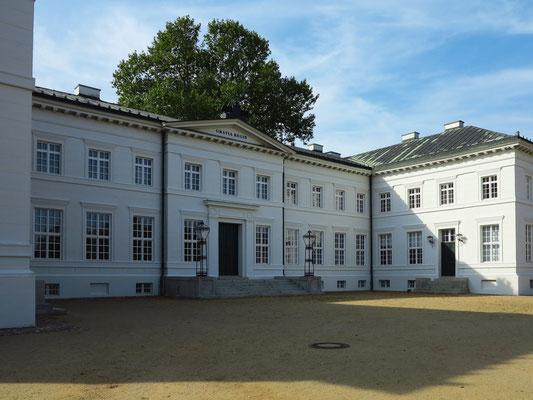 Schloss Neuhardenberg. 1785–1790 unter Joachim Bernhard von Prittwitz erbaut, 1820–1822 unter Fürst Karl August von Hardenberg zu einem zweigeschossigen, klassizistischen Landschloss umgebaut