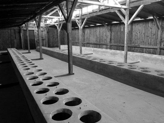 Latrinen in einem Lagerblock