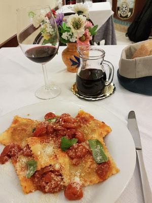 Ristorante La Galea in Amalfi. Ravioli mit Tomatensoße