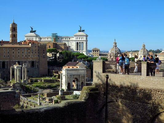 Blick vom Domus Tiberiana auf das Forum Romanum mit dem Septimius-Severus-Bogen, der Kirche Santi Luca e Martina und dem Nationaldenkmal für Viktor Emanuel II