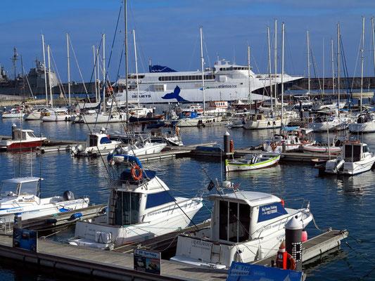 Hafen von Ponta Delgada, im Hintergrund die Katamaran-Schnellfähre Masterjet, Verbindung zwischen den Azoren