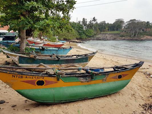 Beach of Devinuwara mit Auslegerbooten