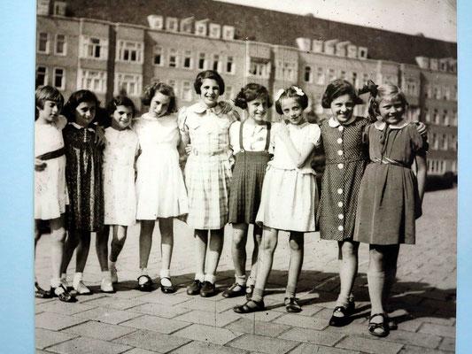 Anne Frank (2. v. links)  mit ihren Freundinnen in Amsterdam, 1944 nach Auschwitz deportiert, gestorben im Februar 1945 im KZ Bergen-Belsen an Fleckfieber (siehe wikipedia)