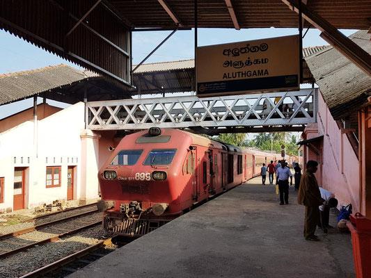 Expresszug im Bahnhof von Aluthgama