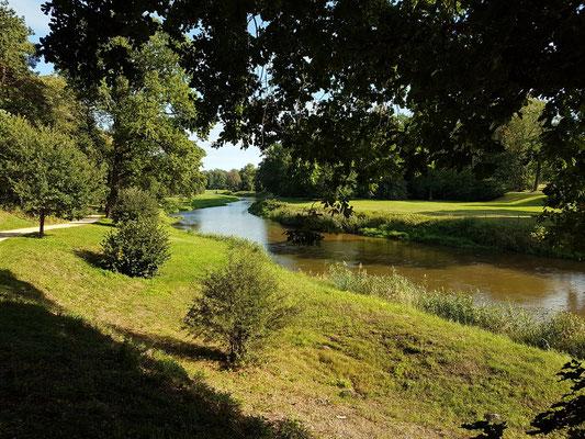 Im polnischen Teil des Parks mit Blick auf die Lausitzer Neiße