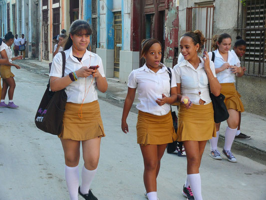 Schülerinnen in Schuluniform