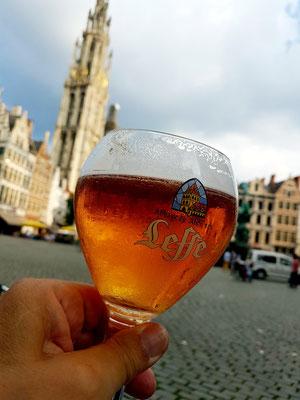 Ein Leffe Blond im Café Den Bengel mit Aussicht auf den Grote Markt