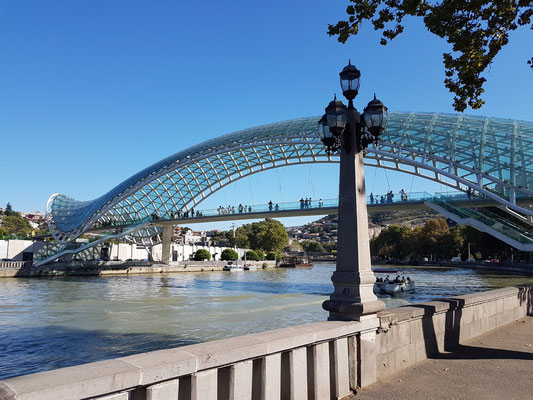 Blick nach S auf die Friedensbrücke