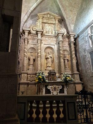 Barockaltar von 1690 zur Aufbewahrung des Allerheiligsten Sakraments. Heiliger Josef (Mitte), Heiliger Nikolaus von Bari (links), Heiliger Antonius von Padua (rechts).