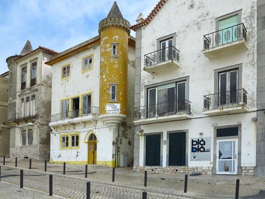 Renovierungsbedürftige Häuser an der Strandpromenade von Nazaré