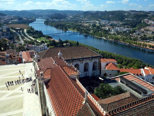 Blick vom Uhrturm auf die Universität Coimbra, auf die Stadt und den Fluss Mondego
