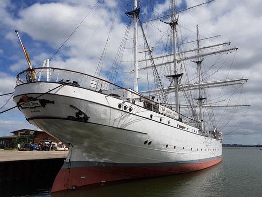 Die Gorch Fock ist ein als Bark getakeltes Segelschulschiff. Sie wurde 1933 bei Blohm & Voss für die Reichsmarine gebaut, heute Museumsschiff.
