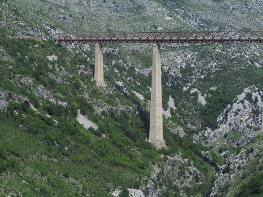 Mala-Rijeka-Viadukt. Die Brücke ist seitlich mit metallenen Windschilden ausgestattet. Diese ermöglichen die gefahrlose Überfahrt auch während orkanartiger Borastürme.