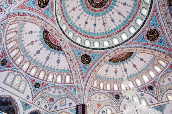 Blick in die Kuppeln der Külliye Moschee