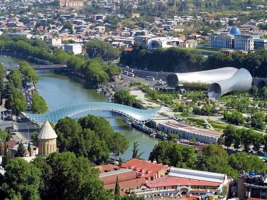 Blick von der Nariqala-Festung auf Tbilisi, mit Friedensbrücke, Sioni-Kathedrale, Präsidentenpalast und Rike Konzertsaal