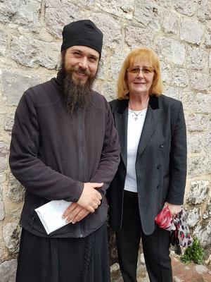 Katarina Ćulafić mit einem jungen Mönch des Klosters Podmaine