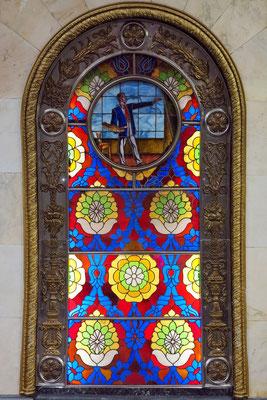 Novoslobodskaja, von innen beleuchtete Glasmalereien in bogenförmigen Einfassungen, Künstler: Pawel Korin