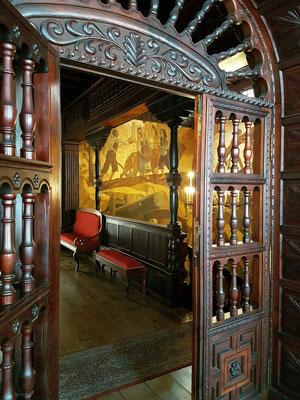 Rathaus, Durchblick vom Sitzungssaal zum Treppenhaus mit Wandgemälden, die das Leben der Insulaner widerspiegeln
