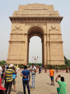 India Gate. Der 42 Meter hohe Bogen wurde 1921 nach dem Vorbild des Arc de Triomphe in Paris entworfen. Das Monument erinnert an die Soldaten aus Britisch-Indien, die im Ersten Weltkrieg für das Britische Empire ihr Leben ließen.