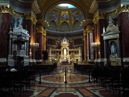 St.-Stephans-Basilika, Blick in das Kircheninnere nach Osten
