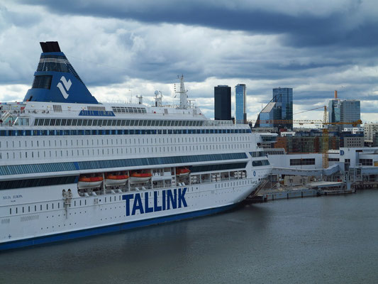 Einfahrt in den Hafen von Tallinn, im Hintergrund die modernen Wolkenkratzer der estnischen Hauptstadt