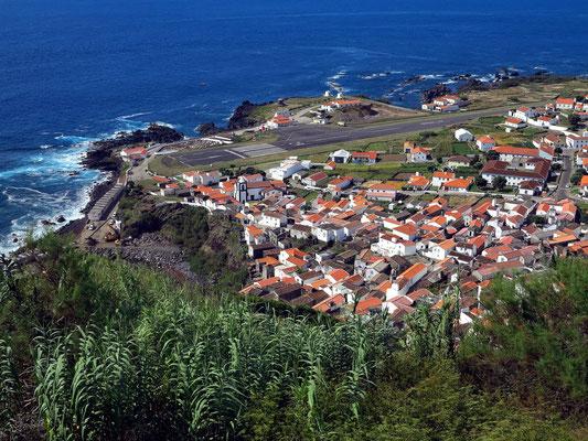 Blick auf Vila do Corvo mit Flugplatzlandebahn