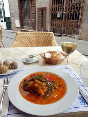 Restaurante El Bajío: Bacalao (Kabeljau) mit gedünstetem Gemüse, Papas arrugadas, trockener Weißwein