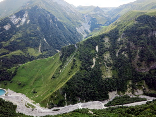 Blick auf die Hochgebirgslandschaft am Freundschaftsdenkmal der Sowjets und der Georgier