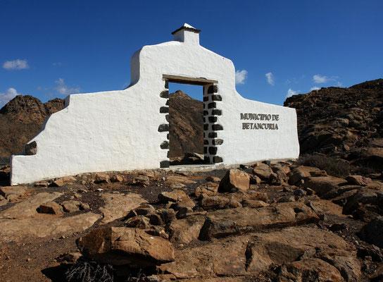 Das Tor nördlich von Pájara markiert die Gemeindegrenze von Betancuria.