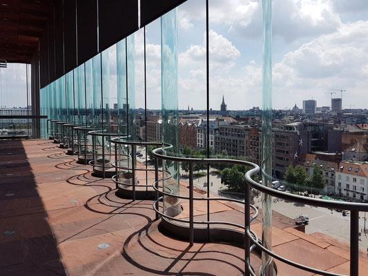 Gewellte Glasflächen des Ausstellungsturms