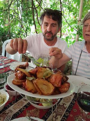 Mittagessen im Gartenrestaurant beim Kloster Norawank