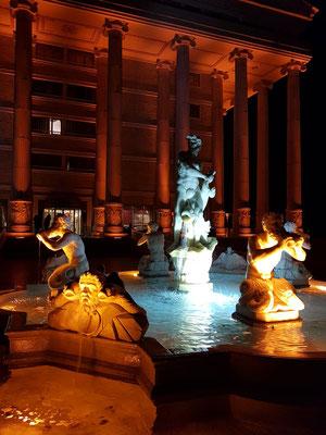 Brunnenanlage auf der Gartenseite des Artemis-Hotels