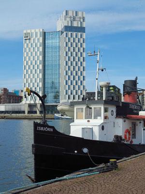 Blick von den Bootstourenanbietern auf Hotel Clarion