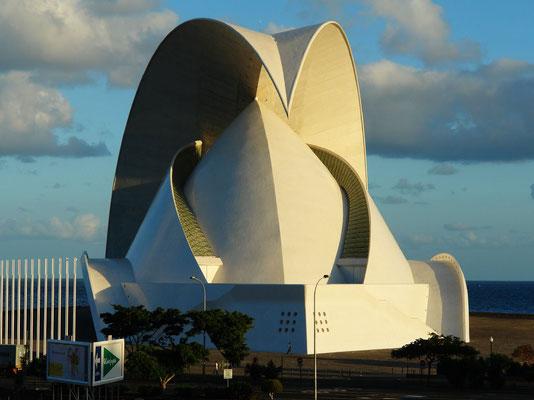 Santa Cruz de Tenerife. Auditorio de Tenerife, Konzertgebäude des spanischen Architekten Santiago Calatrava, fertiggestellt 2003