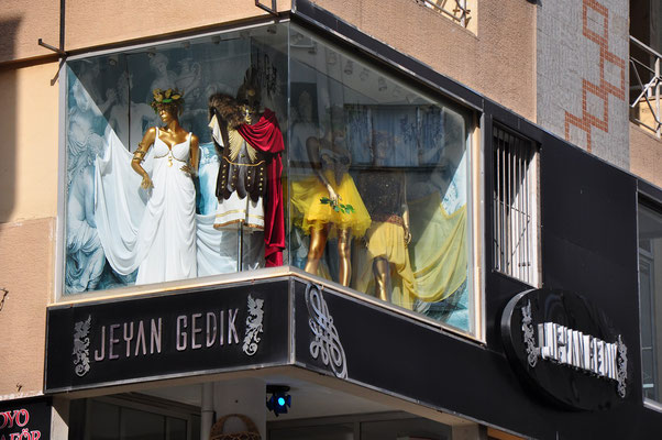 Izmir, Auslage eines Hochzeitsgeschäftes