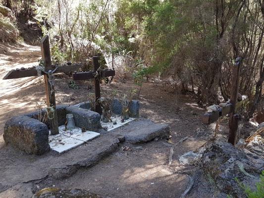 Drei Gräber am Wanderweg