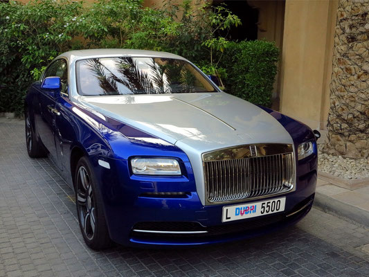 Ein Rolls Royce auf dem Hotelparkplatz